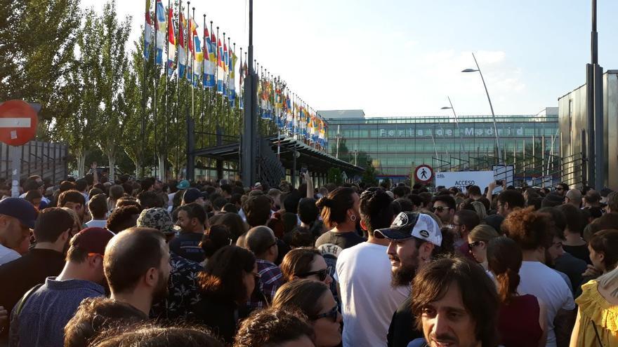 Miles de personas se aglomeran a la entrada del recinto IFEMA, donde se celebra el Mad Cool 2018