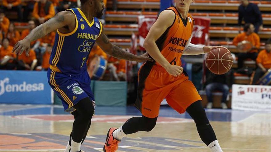 El base sueco del Montakit Fuenlabrada Ludde Hakanson (d) intenta avanzar con el balón ante la oposición del jugador norteamericanoBo McCalebb (i) en el Pabellón Fernando Martín. EFE/Paco Campos