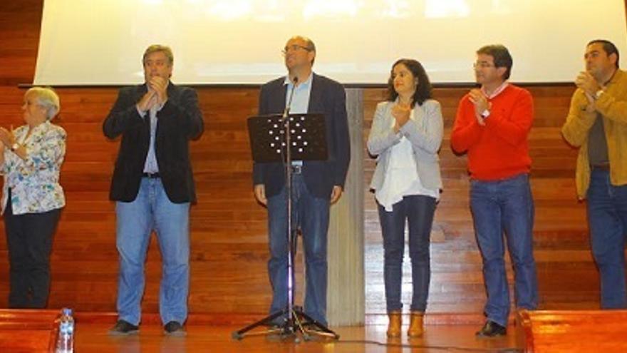 Imagen de archivo de los seis consejeros socialistas, con Alsemo Pestana en el centro, en un acto de apoyo de las bases celebrado en El Paso.