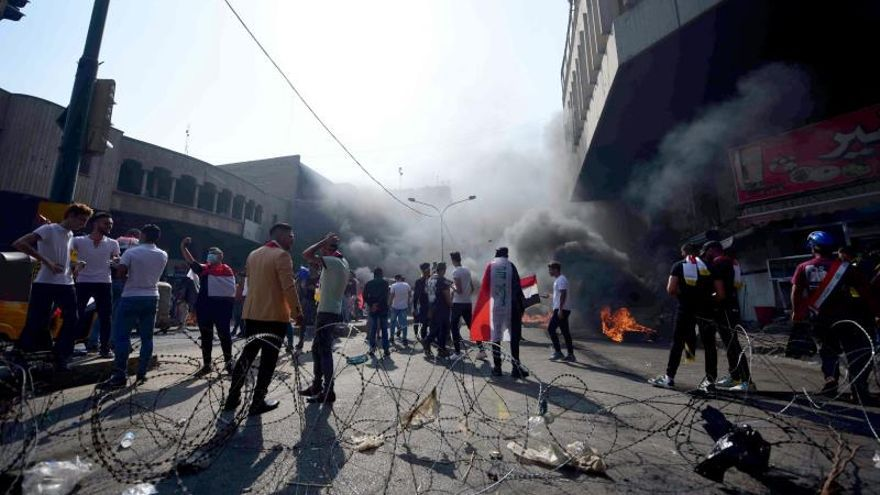 """Las fuerzas de seguridad disparan """"al aire"""" para dispersar una protesta en Irak"""