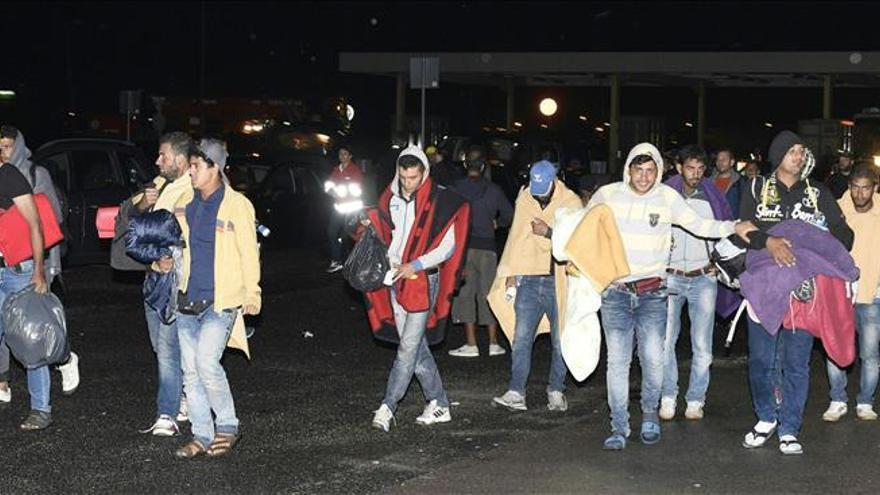 Llegan los primeros autobuses con refugiados a la frontera austro-húngara