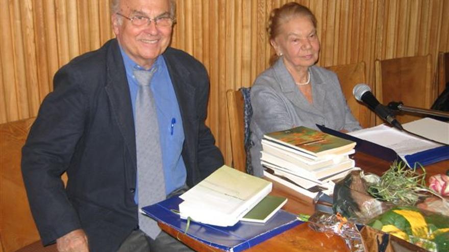 Ryszard Kapuscinski y la escritora polaca Julia Hartwig