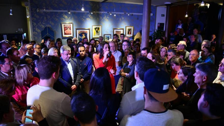 """La candidata de Ciudadanos Inés Arrimadas en León estrenando el formado """"Vamos de cañas con..."""""""