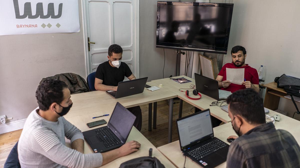 Los periodistas de la revista 'Baynana' en su redacción en Madrid
