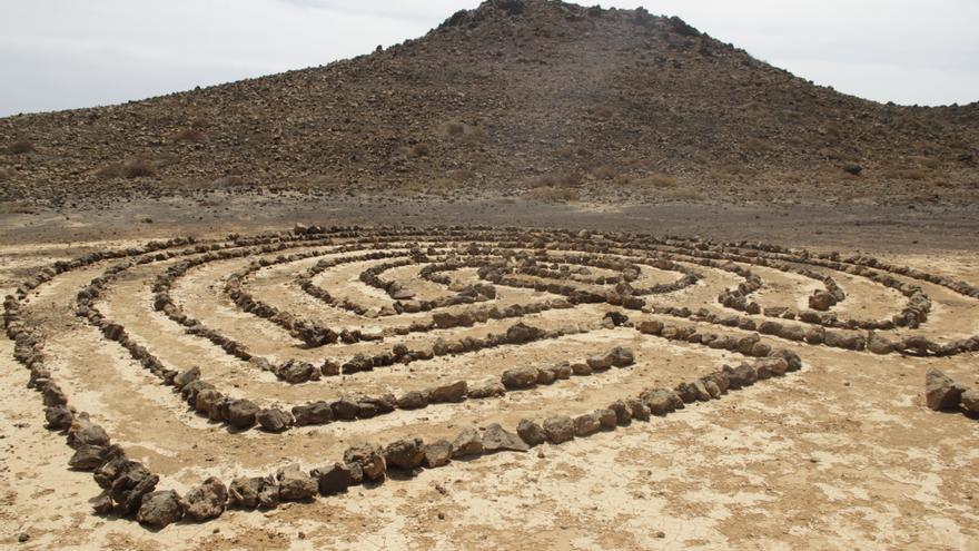 Dibujo realizado con piedras en Lanzarote