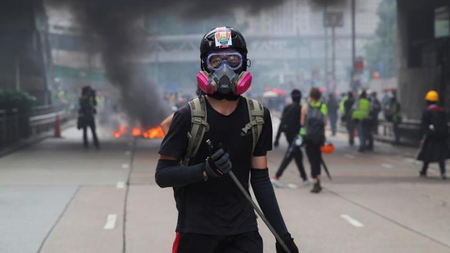 El gobierno hongkonés prohíbe el uso de máscaras en las manifestaciones.