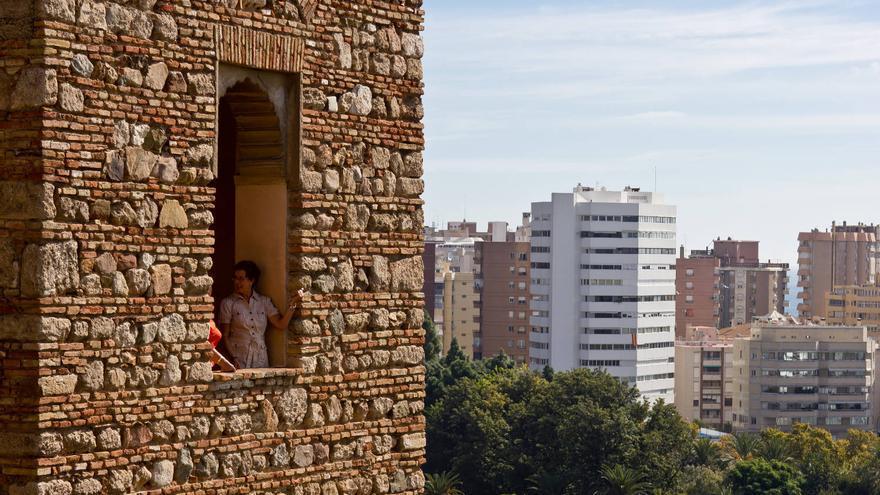 Desde la Alcazaba, la Málaga más antigua observa a la más moderna.