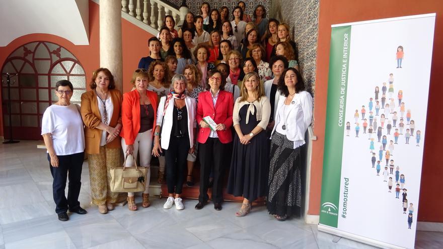La Consejera de Justicia e Interior, Rosa Aguilar (centro), junto a mujeres de más de 22 entidades que luchan contra la violencia de género en Andalucía