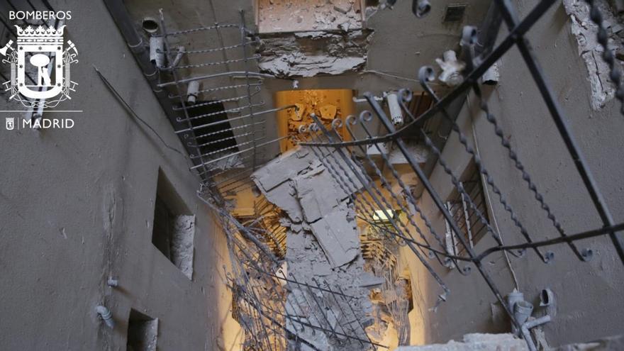 Estado del patio interior en el que se han derrumbado las pasarelas | AYUNTAMIENTO DE MADRID