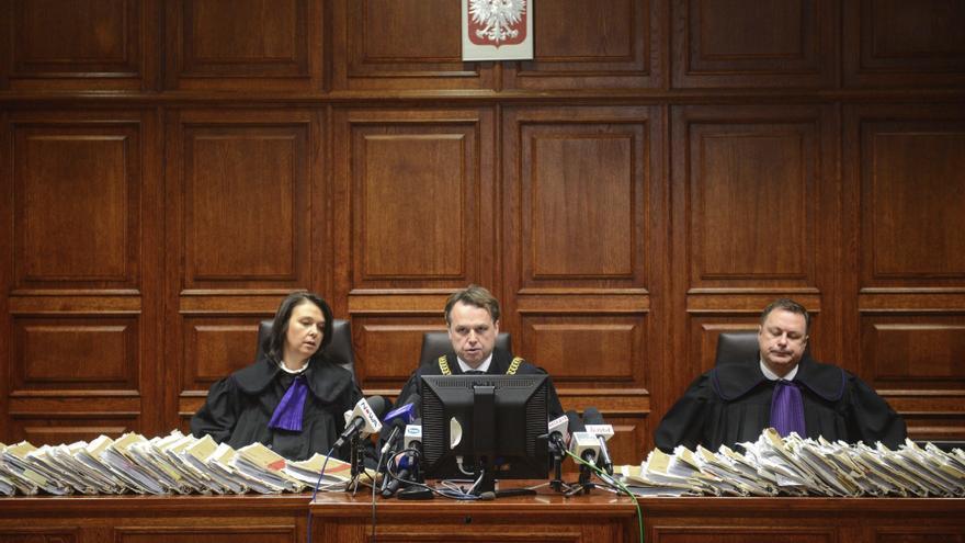 El juez Pawel du Chateau anuncia el veredicto en diciembre de 2016 sobre el caso de espionaje en restaurantes en un tribunal en Varsovia. El principal acusado en el caso, Marek Falenta, fue sentenciado a dos años y medio de prisión