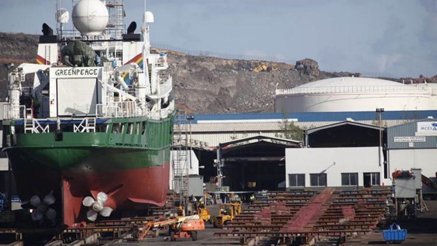 Los operarios trabajaban en este barco de Greenpeace. (ACFI PRESS)