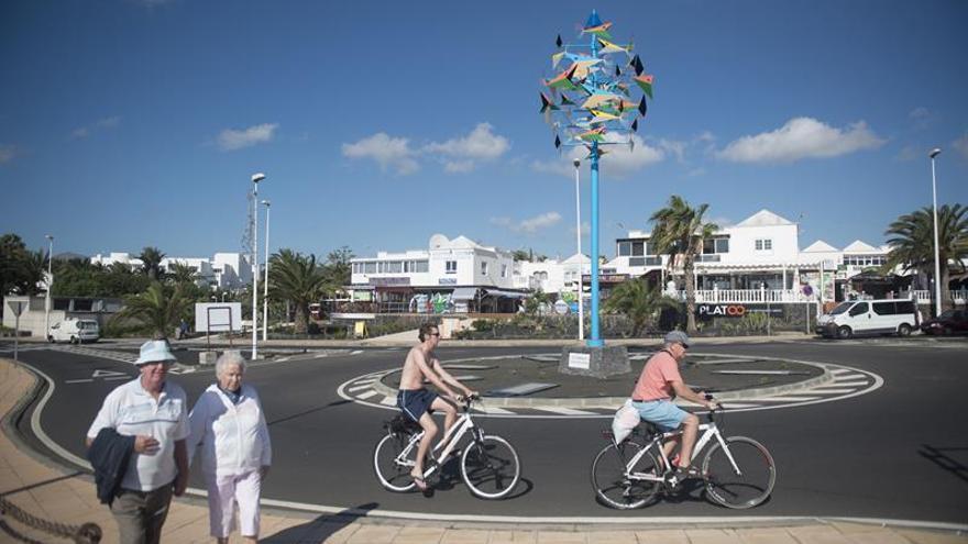 'El Róbalo', juguete del viento de César Manrique instalado en Puerto del Carmen