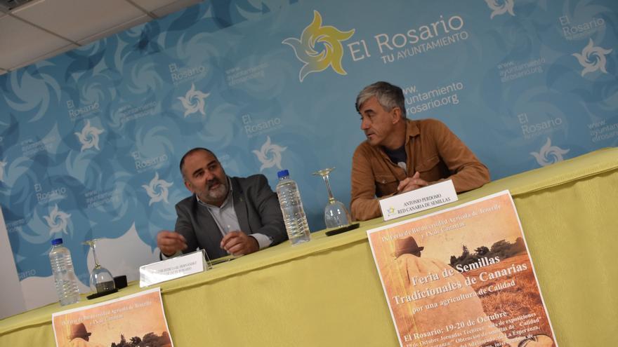 Escolástico Gil, alcalde de El Rosario, y Antonio Perdomo, de la Red Canaria de Semillas