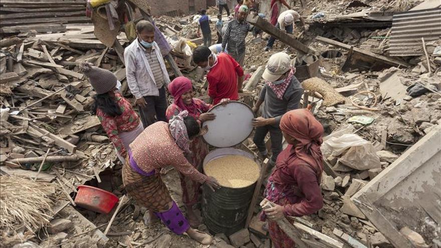 Montañeros y turistas españoles salen de Nepal tras vivir su propio terremoto