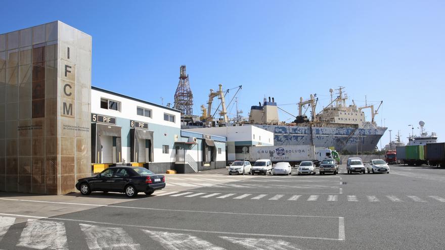 El Punto de Inspección Fronteriza, en primer término, y los astilleros, al fondo. (ALEJANDRO RAMOS)