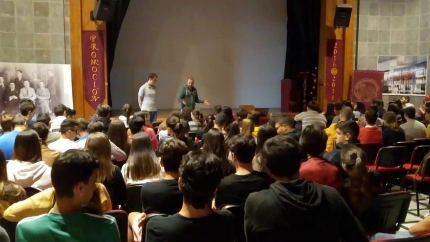 Algunos de los alumnos que participaron en la muestra.