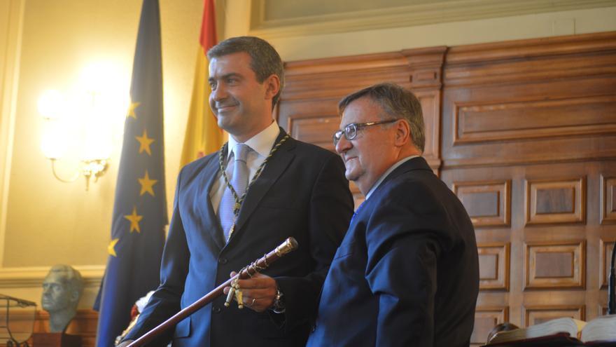 Álvaro Gutiérrez recibe el bastón de mando de la Diputación de Toledo / Foto: Javier Robla