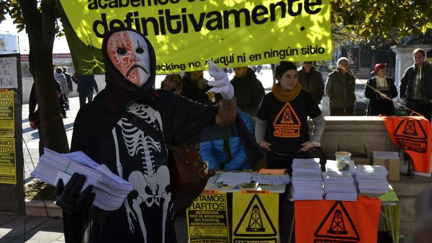 Recogida de firmas de la Asamblea contra la Fractura Hidráulica de Cantabria.   RUBÉN VIVAR