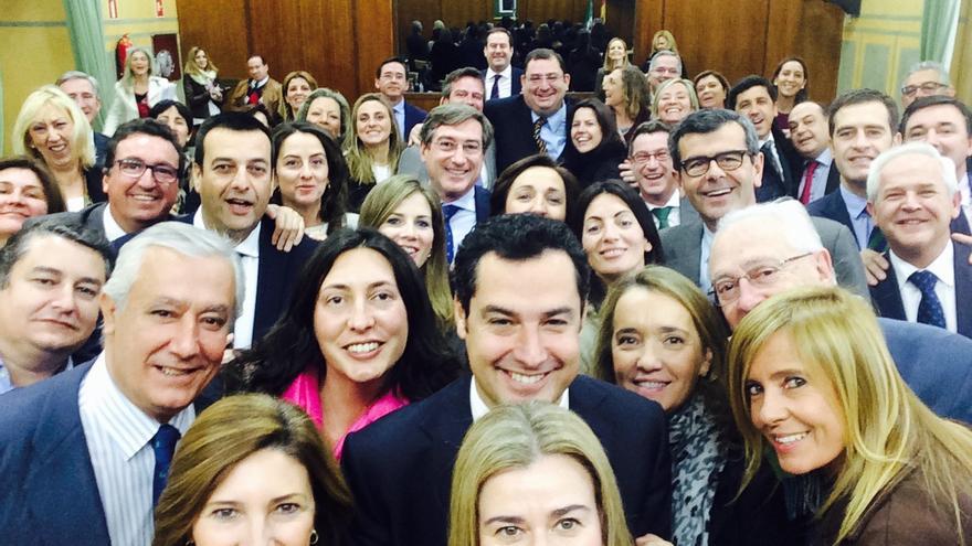 Juan Manuel Moreno con los parlamentarios del PP-A.