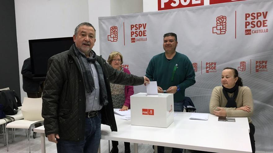 Un militante ejerce su derecho al voto en la agrupación de Castellón