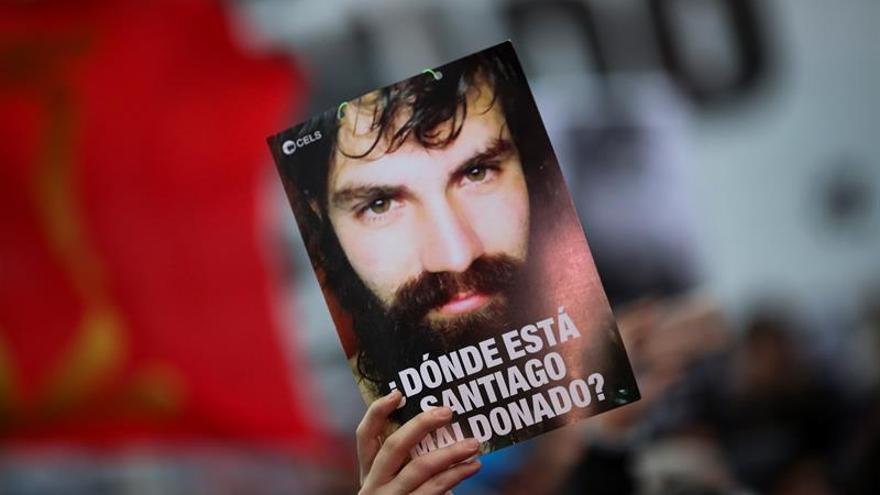 Un manifestante sostiene una fotografía de Santiago Maldonado, el joven activista desaparecido desde el pasado 1 de agosto