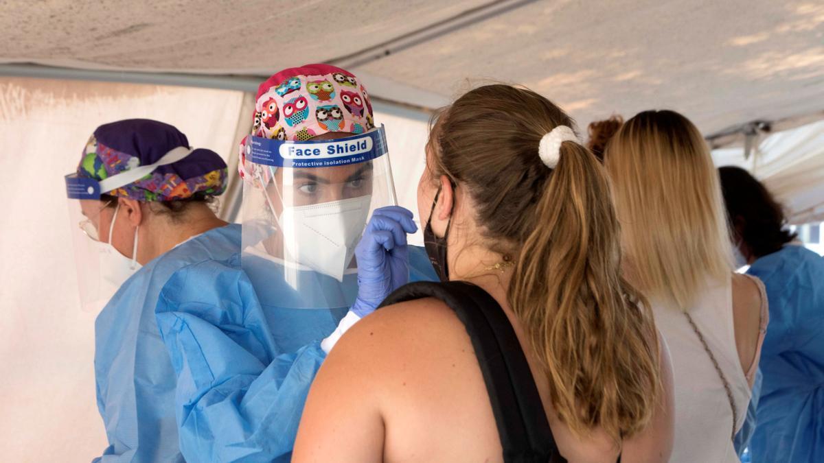 Personal sanitario realiza pruebas de diagnóstico para detectar el coronavirus. EFE/David Arquimbau Sintes/Archivo