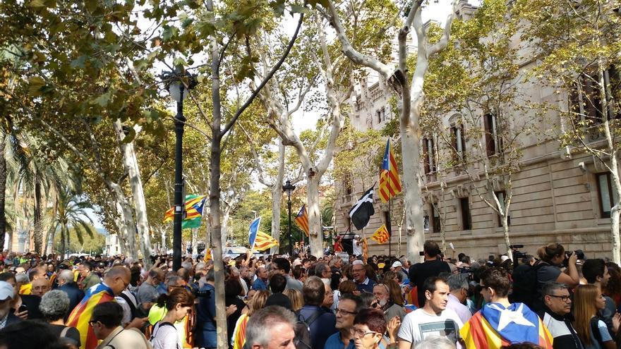 Miles de personas se concentran ante el TSJV convocados por la ANC y Omniun