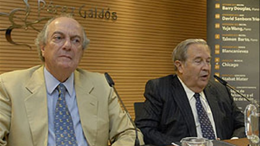 Juan Cambreleng y Jerónimo Saavedra durante la presentación de la próxima temporada del teatro. (ACFI PRESS)