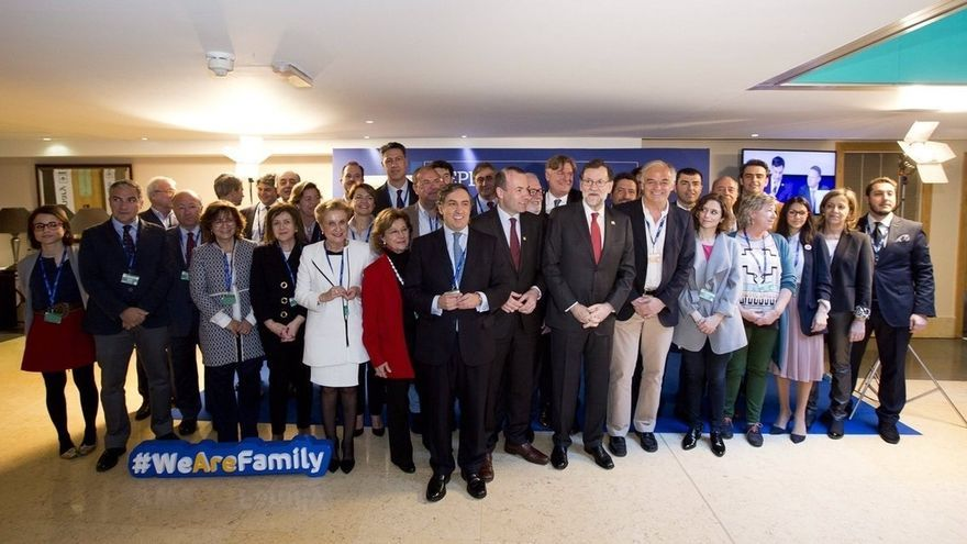 Rajoy conversa brevemente con Merkel sobre el futuro de la UE durante el congreso del PP europeo