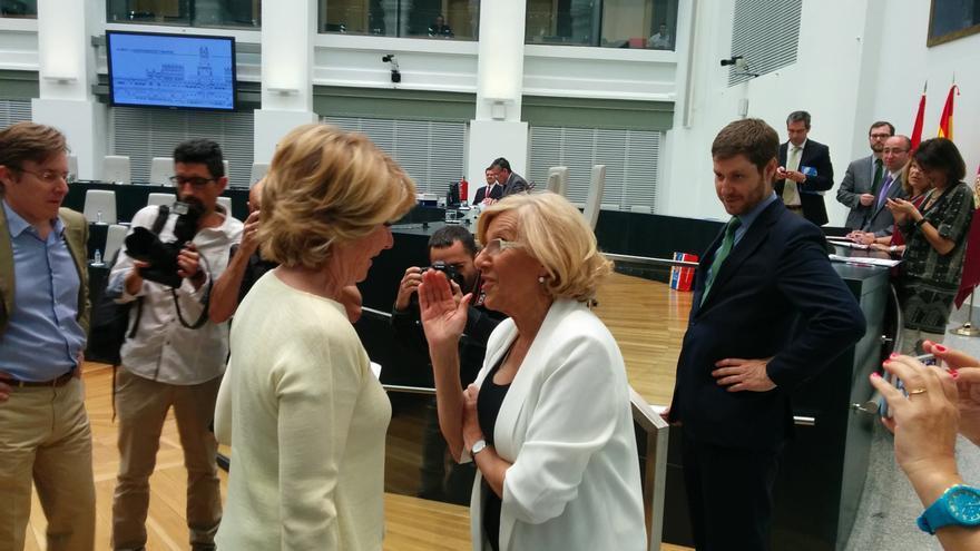 Manuela Carmena y Esperanza Aguirre se saludan antes del Pleno. / A.R.