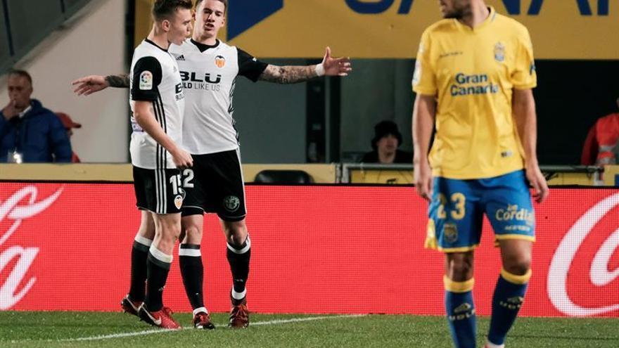 El delantero del Valencia Santi Mina (c) celebra con su compañero, Antonio Latorre, su gol ante el U.D. Las Palmas