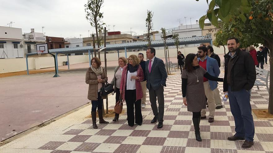 El alcalde de Sevilla, Juan Espadas, visitando el final de las obras del CEIP Vélez de Guevara.