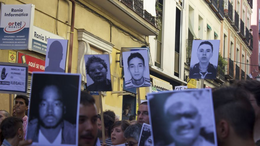 Fotos de personas que murieron en un CIE en la manifestación que ha exigido el cierre de estos centros. / Alberto Ortiz