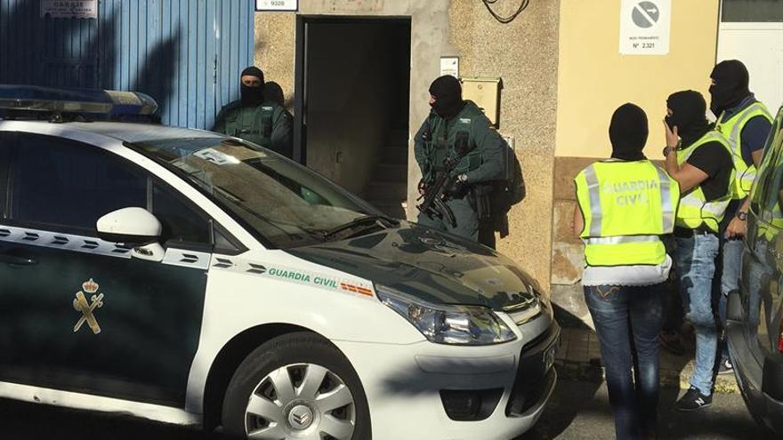 Un equipo de asalto de la Guardia Civil ha accedido pasadas las 9.15 hora canaria a una vivienda situada en el número 16 de la calle Tinajo, que en estos momentos se encuentra bloqueada por un fuerte dispositivo policial, en el marco de una operación contra el terrorismo yihadista internacional en la localidad de Vecindario, en la isla de Gran Canaria. EFE/Chema Rodríguez