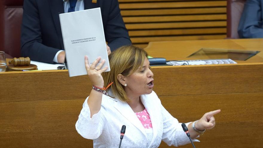 La líder del PP valenciano, Isabel Bonig, durante el debate en el pleno de las Corts