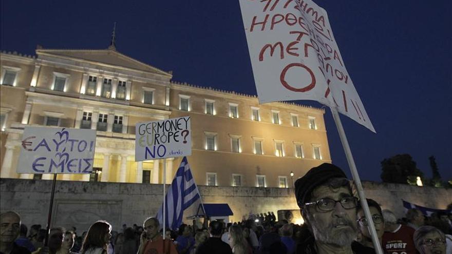 Manifestantes por el NO, este lunes en la plaza Syntagma frente al edificio del parlamento griego en Atenas. / Efe