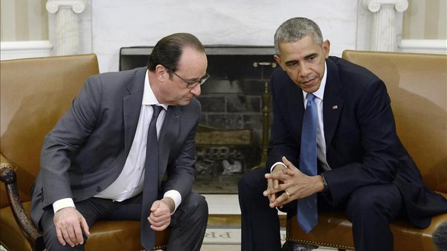 """Hollande lamenta el derribo de avión ruso y pide más """"coordinación"""" contra el EI"""