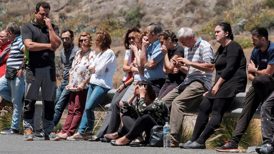 Familiares de los la mujer que ha fallecido y su marido, con quemaduras de carácter grave, esperan fuera de la casa en Las Palmas de Gran Canaria, en la que se produjo una deflagración, debido a un escape de gas butano. EFE/Ángel Medina G.