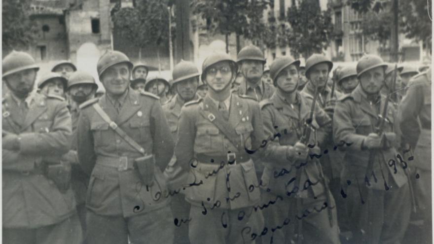 Grupo de militares italianos posando en Laguardia con dedicatoria