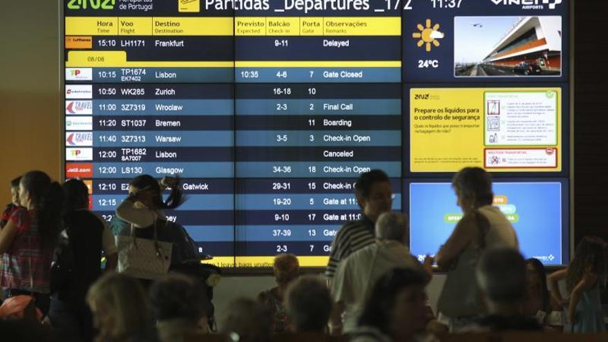 Pasajeros esperan en el aeropuerto Funchal en la isla de Madeira.
