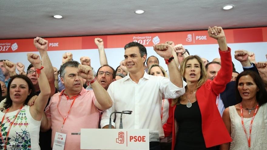 Pedro Sánchez, rodeado de su equipo, después de resultar vencedor en las primarias del PSOE.