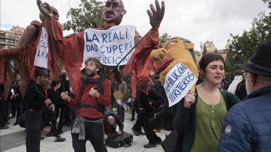 Piden en manifestación teatralizada eliminar la imputación de  los titiriteros