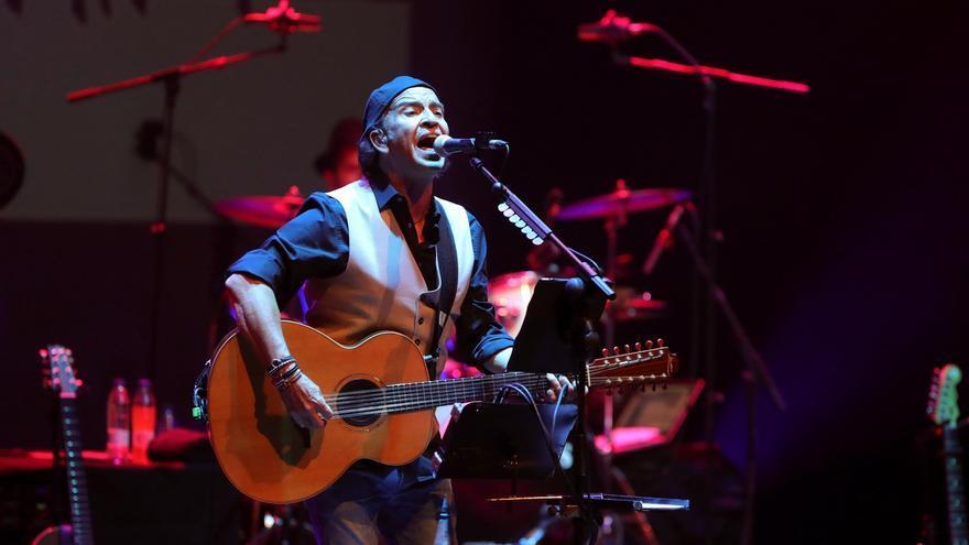 El cantante y guitarrista de Los Secretos, Álvaro Urquijo, durante un concierto.