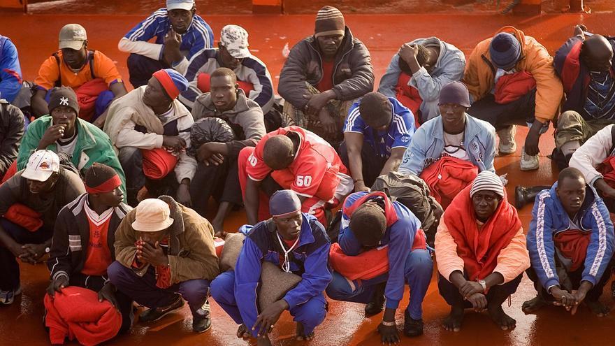 Un grupo de inmigrantes tras ser rescatados de una patera en aguas del estrecho./ Fotografía: ACNUR / A. Rodríguez