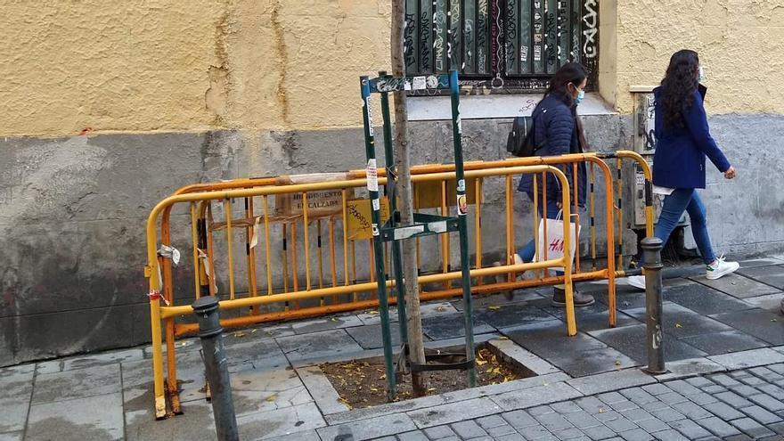 Las tres tristes vallas de una calle de Madrid: historia de un año de abandono municipal