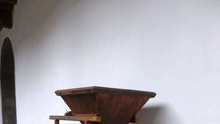 En la imagen, la  antigua molina de gofio, en el Patio de los Naranjos del Museo Insular
