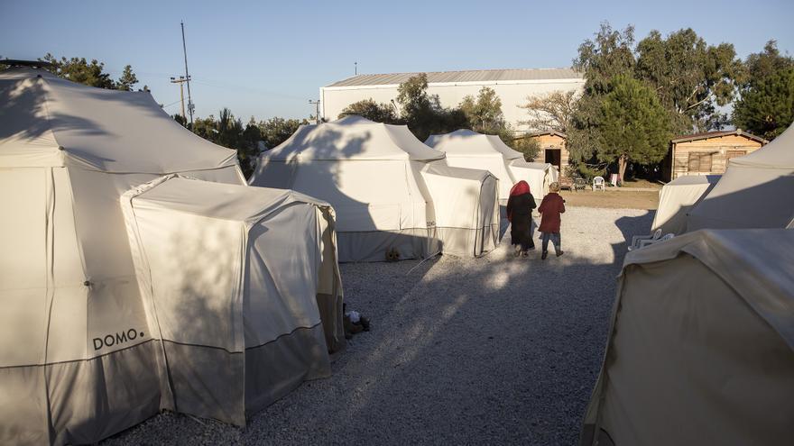 Dos refugiadas caminan por el campamento de Pikpa, Lesbos