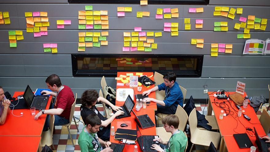Wikimedia Hackathon de 2013 en Amsterdam. /Foto: Sebastian ter Burg (https://www.flickr.com/photos/ter-burg/8812567121/)