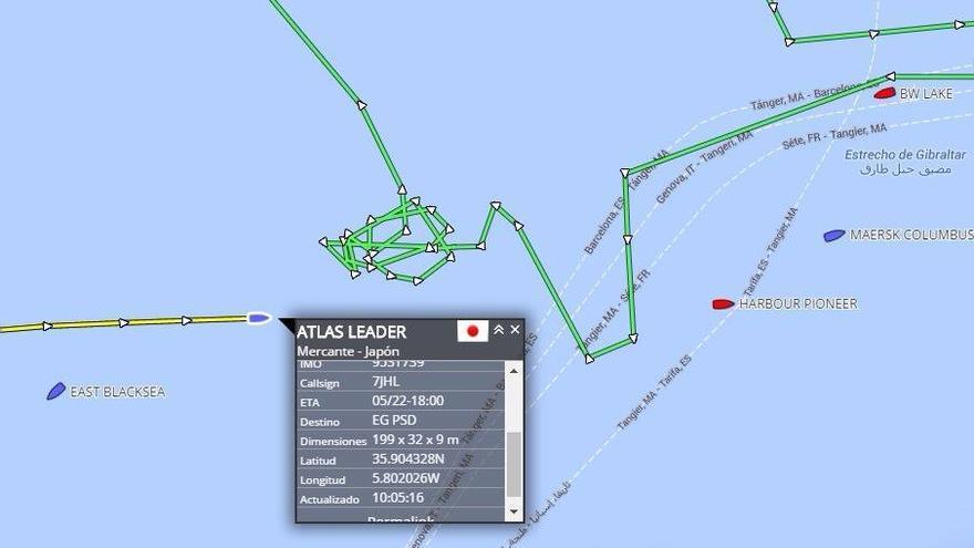 La línea verde es el trayecto realizado por el helicóptero de Salvamento Marítimo. A la derecha, el buque de bandera china al que se referían los migrantes.  Coordenadas recogidas por el AIS