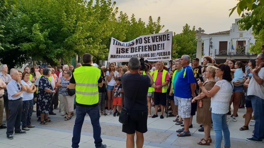 Unas 300 personas vuelven a clamar en Tinajas contra dos macrogranjas avícolas